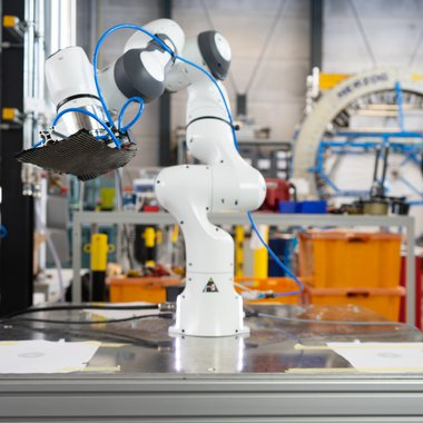 There are no safety limitations such as light barriers or fences for the robot, that works with the human producing fibre compounds.